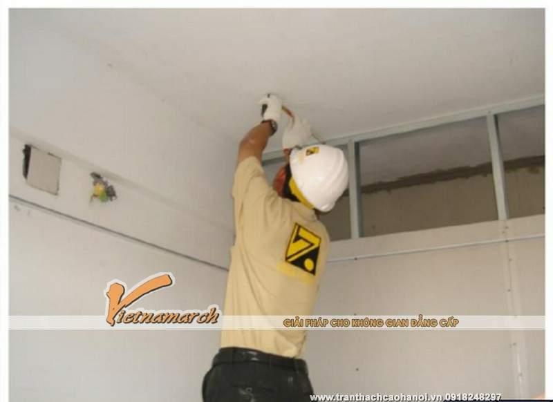 Hướng dẫn thi công trần thach cao - Bước 2: Cố định thanh viền tường