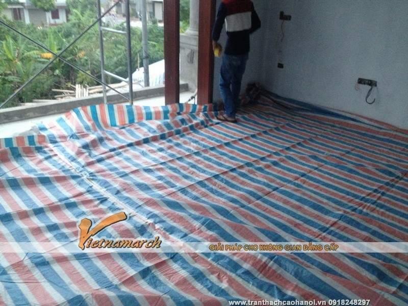 Che chắn nền nhà bằng bạt nhựa, tấm cao su non, đảm bảo sàn nhà sạch sẽ và không bị trầy xước trong quá trình thi công.
